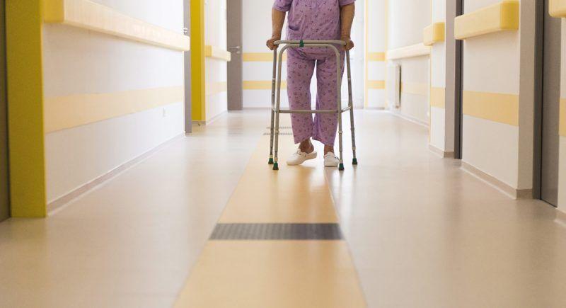 Nyíregyháza, 2016. április 6. Egy beteg a nyíregyházi Jósa András Oktatókórház megújult belgyógyászatán 2016. április 6-án. MTI Fotó: Balázs Attila