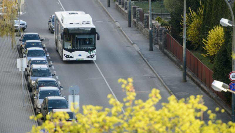 Salgótarján, 2019. április 15. Salgótarján elsõ, a tömegközlekedésben forgalomba állított elektromos autóbusza 2019. április 15-én. A komáromi BYD Electric Bus and Truck Hungary Kft. által gyártott, teljes mértékben elektromos mûködésû autóbusz egy feltöltéssel akár 250 kilométert képes megtenni. MTI/Komka Péter