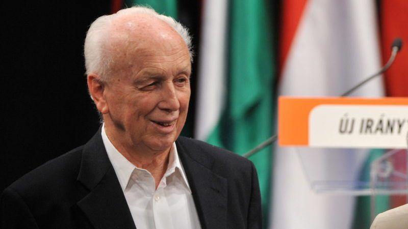 Budapest, 2009. szeptember 11. Mádl Ferenc volt köztársasági elnök részt vesz a Fidesz politikai évadnyitó gyûlésén Budapesten, a Millenáris épületében. A rendezvényre országgyûlési képviselõk, választókerületi elnökök, önkormányzati, helyi és megyei tisztviselõk kaptak meghívást. Az országos gyûlésen napi aktuális kérdéseket tekintenek át, és a következõ hetek-hónapok feladatait is számba veszik majd. MTI Fotó: Koszticsák Szilárd