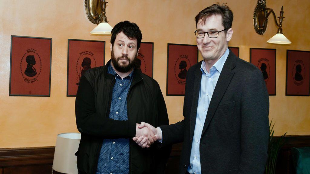 Budapest, 2019. március 13.Puzsér Róbert, az LMP által támogatott független főpolgármester-jelölt (b) és Karácsony Gergely, a Párbeszéd társelnöke, a baloldali pártok főpolgármester-jelöltje kezet fog a Válasz Online által szervezett beszélgetés előtt a budapesti Centrál kávéházban 2019. március 13-án. Mindkét jelölt hajlandó visszalépni a másik javára, ha veszít a nyárra tervezett előválasztáson.MTI/Koszticsák Szilárd