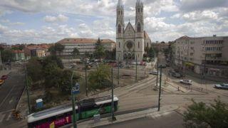 """Temesvár, 2013. szeptember 23.  A Lippai úti köztemetõben álló Hûség oszlopa nevû emlékmû tervezett helye, az átalakítás alatt álló Balcescu (volt Lahovary) tér Temesváron 2013. szeptember 18-án. Közvitát kezdeményez Nicolae Robu, Temesvár polgármestere arról, hogy köztérre kerüljön-e a városban a korabeli magyar lakosság által """"szégyenszoborként"""" emlegetett emlékmû. MTI Fotó: Baranyi Ildikó"""