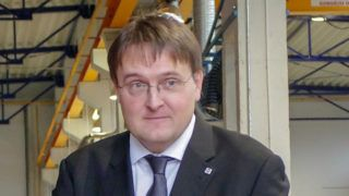 Celldömölk, 2014. november 28.Tasó László, a Nemzeti Fejlesztési Minisztérium közlekedéspolitikáért felelős államtitkára (j), Homlok Zsolt, a Swietelsky Vasúttechnikai Kft. ügyvezető igazgatója (k) és Peter Gal, a Swietelsky GmbH igazgatója (b) átvágják a nemzetiszínű szalagot a Swietelsky Vasúttechnikai Kft. csarnokátadó ünnepségén Celldömölkön november 28-án. A cég több mint a duplájára bővítette a vasútépítés során műszaki háttérbázisként szolgáló celldömölki üzemcsarnokát.MTI Fotó: Büki László
