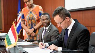 Praia, 2019. március 28.A Külgazdasági és Külügyminisztérium (KKM) által közreadott képen Szijjártó Péter külgazdasági és külügyminiszter (j) és Olavo Correia miniszterelnök-helyettes, pénzügyminiszter a kettős adóztatás elkerüléséről szóló egyezmény tárgyalásainak megkezdésére vonatkozó magyar-zöld-foki együttműködési szándéknyilatkozat aláírásán Praiában 2019. március 28-án.MTI/KKM/Mitko Sztojcsev