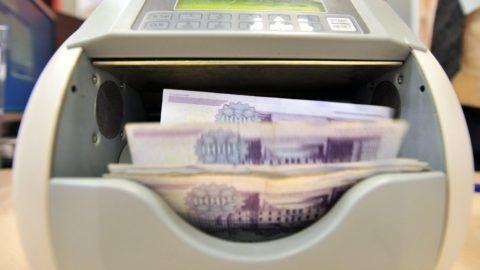 Budapest, 2012. január 11. Egy bankjegyszámláló gép ötezer forintos bankjegyeket számol az FHB Bank XIII. kerületi Váci úti bankfiókjában. MTI Fotó: Máthé Zoltán