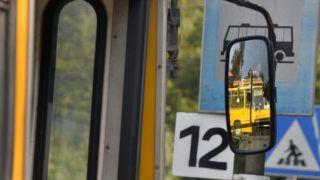 Sárospatak, 2015. augusztus 13.Egy busz visszapillantó tükrében tükröződik a Borsod Volán Ikarus 200-as autóbusza a sárospataki autóbusz-végállomáson 2015. augusztus 13-án.MTI Fotó: Máthé Zoltán
