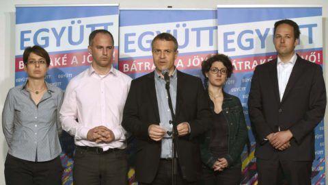 Budapest, 2018. április 9. Szigetvári Viktor, az Együtt miniszterelnök-jelöltje (b2), Juhász Péter pártelnök (b3), valamint Spät Judit (b), Hajdu Nóra (b4) és Pataki Márton (j) elnökségi tagok az Együtt választási eredményváró rendezvényén tartott sajtótájékoztatójukon a budapesti Spicc Terasz épületében 2018. április 8-án. MTI Fotó: Bruzák Noémi