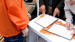 Budapest, 2019. április 6. Hidvéghi Balázs, a Fidesz kommunikációs igazgatója (j2) egy aktivistával beszélget a Fidesz országos aláírásgyûjtõ akciójának kezdetén tartott sajtótájékoztatón az újpesti piac elõtt felállított aláírásgyûjtõ standoknál 2019. április 6-án. A Fidesz megkezdte országos aláírásgyûjtõ akcióját, amelyben arra kérik a magyar embereket, hogy aláírásukkal támogassák Orbán Viktor miniszterelnök hétpontos programját a bevándorlás megállítására, jelentette be Hidvéghi Balázs a sajtótájékoztatón. MTI/Soós Lajos