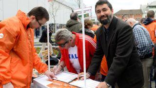 Budapest, 2019. április 6. Hidvéghi Balázs, a Fidesz kommunikációs igazgatója (j), miután aláírta az aláírásgyûjtõ ívet a Fidesz országos aláírásgyûjtõ akciójának kezdetén tartott sajtótájékoztatón az újpesti piac elõtt felállított aláírásgyûjtõ standoknál 2019. április 6-án. A Fidesz megkezdte országos aláírásgyûjtõ akcióját, amelyben arra kérik a magyar embereket, hogy aláírásukkal támogassák Orbán Viktor miniszterelnök hétpontos programját a bevándorlás megállítására, jelentette be Hidvéghi Balázs a sajtótájékoztatón. MTI/Soós Lajos