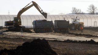 Miskolc, 2014. január 12. Munkagépek dolgoznak a miskolci Déli Ipari Parkban 2014. január 12-én, ahol légzsákgyártó üzemet épít a Takata-cégcsoport, a világ egyik vezetõ autóipari beszállító vállalata. Az építkezés a második fázisához érkezett, a megelõzõ feltárások után a közmûrendszer és az úthálózat kiépítése zajlik. A tervek szerint a termelés õsszel kezdõdhet, az új gyár ezer embernek ad majd munkát. MTI Fotó: Vajda János