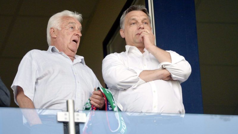 Székesfehérvár, 2013. április 24. Orbán Viktor miniszterelnök (j) és édesapja, Orbán Győző a VIP-páholyban a labdarúgó Ligakupa döntőjeként vívott Ferencváros - Videoton FC találkozón a székesfehérvári Sóstói Stadionban 2013. április 24-én. A Ferencváros története során először hódította el a Ligakupát, miután a fináléban 5-1-re legyőzte a címvédő Videotont. MTI Fotó: Beliczay László