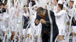Felcsút, 2014. április 21.Orbán Viktor miniszterelnök, miután átadta a győztesnek járó kupát a Real Madrid játékosainak a Puskás Suzuki Kupa utánpótlás-labdarúgótorna döntője, a felcsúti Puskás Akadémia Pancho Aréna első hivatalos mérkőzése után 2014. április 21-én.MTI Fotó: Beliczay László