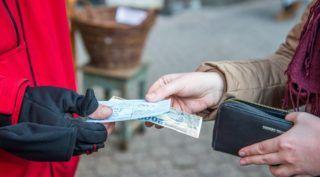 Budapest, 2017. december 7. Nyugtát ad egy árus a fõvárosi kormányhivatal V. kerületi fogyasztóvédelmi hatósága munkatársának Budapesten, a Vörösmarty téri karácsonyi vásáron 2017. december 7-én. MTI Fotó: Balogh Zoltán