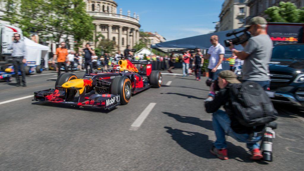 Budapest, 2018. május 1. Max Verstappen, a Forma-1-es Red Bull csapat holland versenyzõje a hatodik alkalommal megrendezett Nagy Futam versenyautós bemutató paddockjában a belvárosi Bajcsy-Zsilinszky úton 2018. május 1-jén. MTI Fotó: Balogh Zoltán