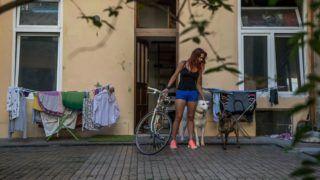 Budapest, 2019. május 9. Benedek Brigitta pultos munkahelyére indul kerékpárjával VIII. kerületi otthonából 2018. május 7-én. A Magyar Kerékpárosklub május 14-tõl június 10-ig tartja a Bringázz a munkába! kampányt a Nemzeti Fejlesztési Minisztérium támogatásával. MTI Fotó: Balogh Zoltán