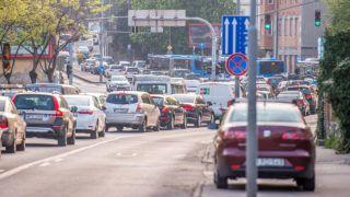 Budapest, 2019. április 10.Forgalmi dugó a Hegyalja úton 2019. április 10-én reggel. Ezen a napon a honvédség tűzszerészei második világháborús robbanótesteket hatástalanítanak, amelyeket a Koltai Jenő Sportcentrum területén zajló építkezés során találtak. A művelet idejére mintegy fél kilométeres körben kiürítik a városrészt, lezárják a BAH-csomópontot, valamint az Alkotás utca és a Hegyalja út egy szakaszát is.MTI/Balogh Zoltán
