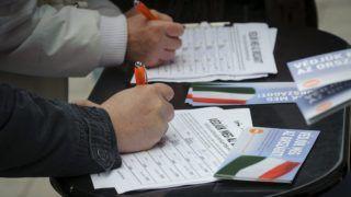 Debrecen, 2015. november 7. Támogatók aláírják a kötelezõ betelepítési kvóta elleni, Védjük meg az országot! címû, a Fidesz kezdeményezte petíciót Debrecenben, a Vár utcai piacnál 2015. november 7-én. MTI Fotó: Czeglédi Zsolt