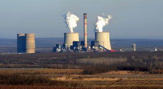 Visonta, 2011. február 9. A Mátrai Erőmű Zrt. visontai hőerőműve. A vállalat külszíni fejtésű bányaüzemében évente mintegy 4 millió tonna lignitet termelnek ki, főként az erőmű számára. A hidegebb hónapokban a lakosság részéről is megnőtt a kereslet a fánál valamivel olcsóbb lignit iránt, melyből több mint 100 ezer tonnát értékesítettek eddig. A cég 10 ezer mázsa ingyen szénnel járult hozza a körzetében lévő közintézmények fűtéséhez. MTI Fotó: H. Szabó Sándor