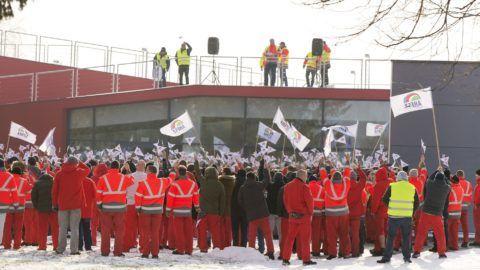 Gyõr, 2019. január 24. Dolgozók az Audi Hungária Független Szakszervezet (AHFSZ) által meghirdetett egyhetes sztrájk megkezdésén a gyõri Audi Hungaria Zrt. gyárudvarán 2019. január 24-én. A szakszervezet 168 órás sztrájkot hirdetett a sikertelen bértárgyalások miatt. MTI/Krizsán Csaba