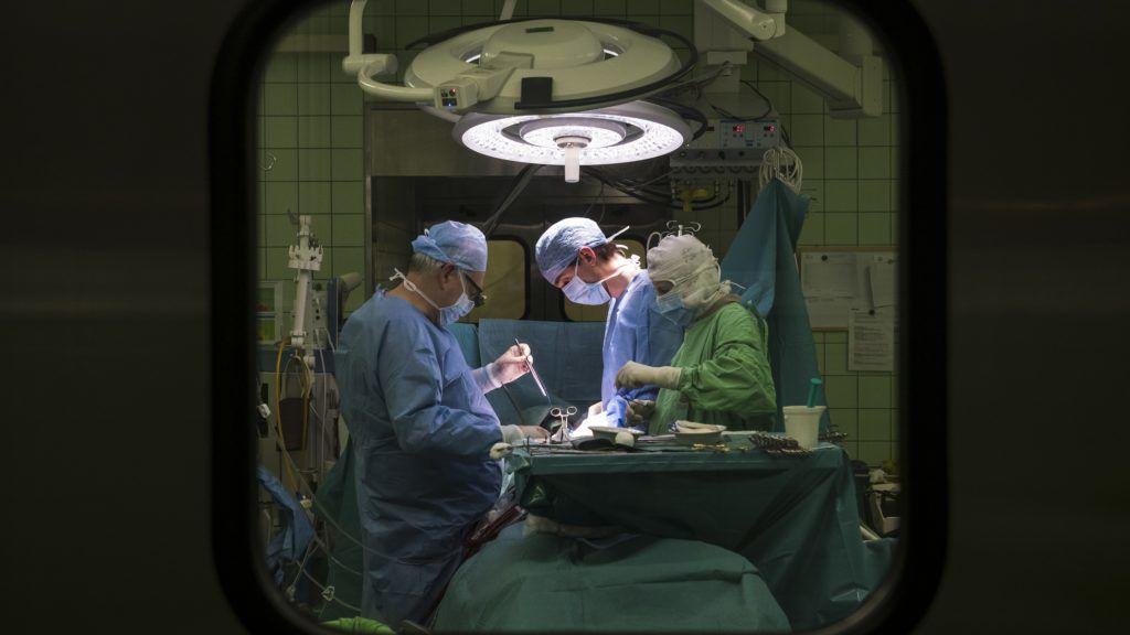 Budapest, 2018. március 7. Szabolcs Zoltán szívsebész professzor (b) szívtranszplantációs mûtétet végez a Városmajori Szív- és Érgyógyászati Klinikán 2018. március 3-án. Magyarországon minden feltétel adott a sikeres szervátültetésekhez - mondta Ónodi-Szûcs Zoltán egészségügyért felelõs államtitkár ezen a napon egy sajtótájékoztatón abból az alkalomból, hogy februárban elvégezték a tízezredik szervátültetést Magyarországon. MTI Fotó: Mónus Márton
