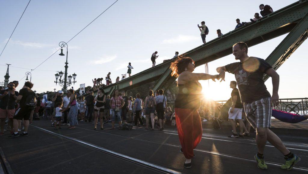 Budapest, 2018. július 15. Salsát táncolnak a forgalom elõl elzárt budapesti Szabadsághídon 2018. július 15-én. A hidat július közepétõl augusztus 5-ig minden hétvégén lezárják,  az átkelõn ezeken a napokon a kulturális programokat tartanak. MTI Fotó: Mónus Márton