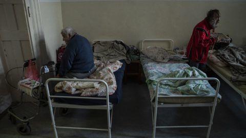 Budapest, 2018. december 18. Hajléktalan férfiak a Hajléktalanokért Közalapítvány székhelyén, a VI. kerületi Szobi utcában 2018. december 18-án. Ezen a napon Fülöp Attila, az Emberi Erõforrások Minisztériumának (Emmi) szociális ügyekért és társadalmi felzárkózásért felelõs államtitkára sajtótájékoztatót tartott a hajléktalanokat segítõ intézkedésekrõl és programokról. Az államtitkár közölte, hogy október közepe óta 1300-zal többen veszik igénybe a hajléktalanellátást. MTI/Mónus Márton