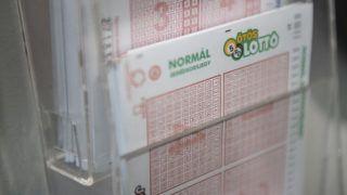 Budapest, 2019. március 22. Lottószelvények a Szerencsejáték Zrt. Csalogány utcai lottózójában Budapesten 2019. március 22-én. Minden idõk harmadik legnagyobb nyereménye, 3,414 milliárd forint a tét az Ötöslottó hétvégi sorsolásán. MTI/Mónus Márton