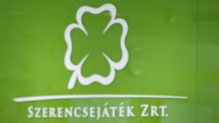 Budapest, 2019. március 22. Lottószelvényt ad fel játékra egy nõ a Szerencsejáték Zrt. Csalogány utcai lottózójában Budapesten 2019. március 22-én. Minden idõk harmadik legnagyobb nyereménye, 3,414 milliárd forint a tét az Ötöslottó hétvégi sorsolásán. MTI/Mónus Márton
