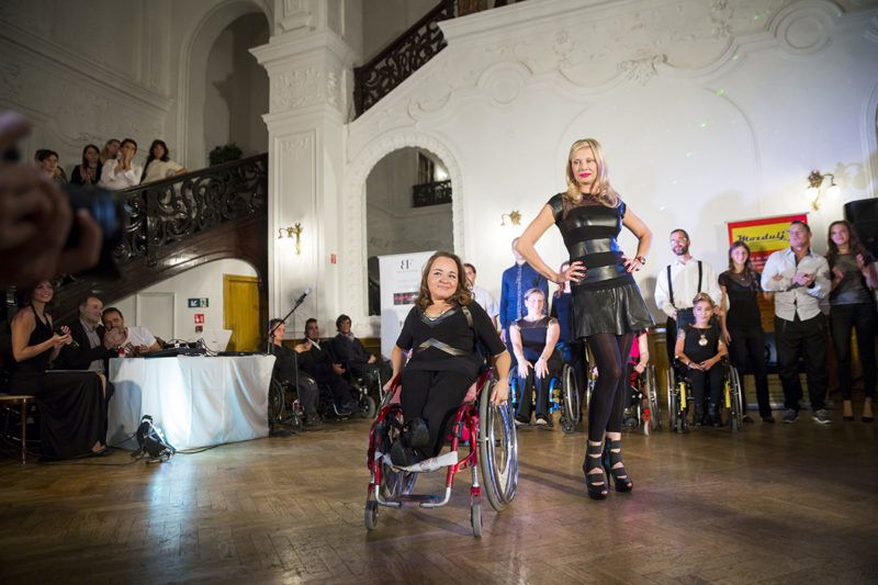 Budapest, 2016. október 8.Modellek az Ability Fashion és a Mozdulj! Közhasznú Egyesület divatbemutatóján a Duna Palotában 2016. október 8-án. Az esélyegyenlőségi programon fogyatékkal élő emberek és hivatásos modellek is színpadra léptek.MTI Fotó: Mohai Balázs