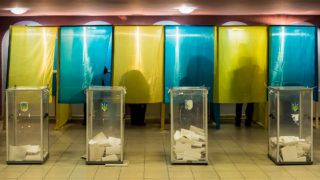 Beregszász, 2019. március 31.Nemzeti színű szavazófülkékben adják le voksukat szavazók a beregszászi művelődési házban kialakított szavazóhelyiségben az ukrán elnökválasztás első fordulójának napján, 2019. március 31-én.MTI/Nemes János