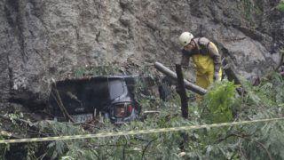 Rio de Janeiro, 2019. április 9. Túlélõk után kutat egy mentõcsapat egyik tagja egy földcsuszamlás helyszínén Rio de Janieróban 2019. április 9-én. Az árvizek következtében legkevesebb három ember életét vesztette, Brazília második legnagyobb városában káosz alakult ki, a polgármesteri hivatal szükségállapotot hirdetett. MTI/AP/Silvia Izquierdo