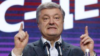 Kijev, 2019. március 31. Petro Porosenko ukrán elnök beszél támogatóihoz a kijevi kampányközpontban 2019. március 31-én, az ukrán elnökválasztás elsõ fordulója után. Az exit poll-felmérések eredménye szerint Porosenko és Volodimir Zelenszkij humorista, színész és producer jutnak be az ukrajnai elnökválasztás második fordulójába. MTI/AP/Efrem Lukackij