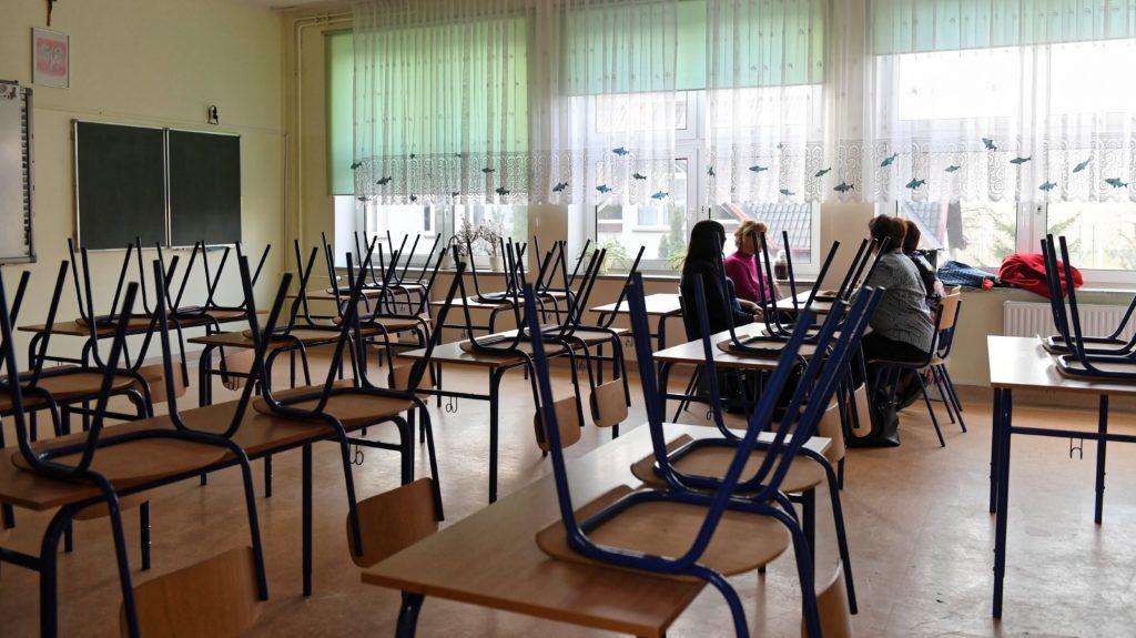 Gdansk, 2019. április 8. Sztrájkoló tanárok egy gdanski iskolában 2019. április 8-án, miután a lengyel pedagógusok határozatlan idejû országos sztrájkba kezdtek. Az általános és középiskolák, valamint az óvodák dolgozói fizetésemelést követelnek. MTI/PAP/Adam Warzawa