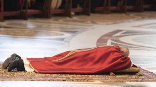 Vatikánváros, 2019. április 19. Ferenc pápa a földön fekve imádkozik nagypénteki igeliturgiáján a vatikáni Szent Péter-bazilikában 2019. április 19-én. MTI/EPA/ANSA/Maurizio Brambatti