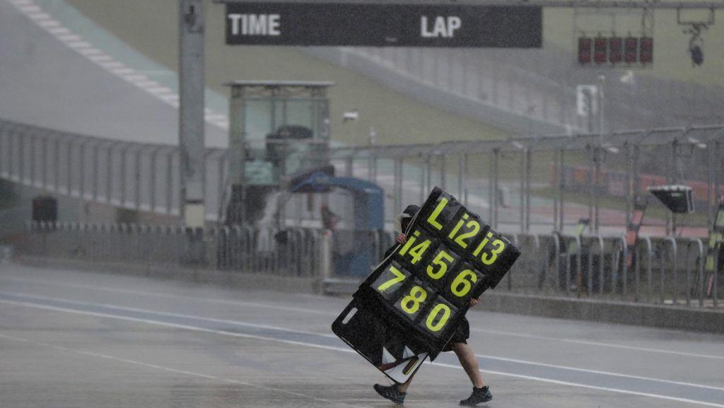 Austin, 2019. április 14. Felhõszakadás mossa el a MotoGP motoros gyorsasági világbajnokság Amerikai Nagydíjának harmadik szabadedzését a texasi Houstonban 2019. április 13-án, a szövetségi államban dúló viharok idején. A szélsõséges idõjárás miatt félezer légi járatot töröltek Houstonban és a tõle 400 kilométerre lévõ Dallas-Fort Worth nemzetközi repülõterén. A szélviharban kicsavart fák egyike egy elhaladó autóra zuhant, a hátsó ülésen utazó két gyermek a helyszínen életét vesztette. MTI/AP/Eric Gay