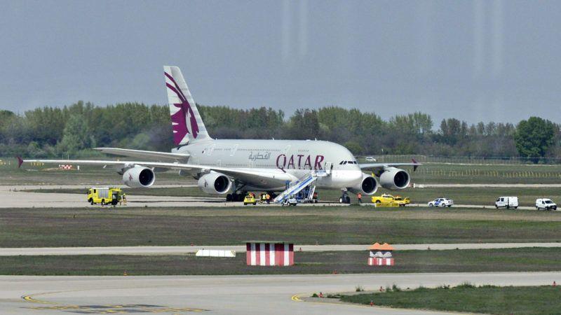 Budapest, 2019. április 19. A Qatar Airways Dohából Londonba tartó járata a Liszt Ferenc-repülõtéren 2019. április 19-én. A gép egy utas rosszulléte miatt szállt le. A világ legnagyobb befogadóképességû utasszállító repülõgépe, a kétszintes, négyhajtómûves Airbus A380-800-as eddig csak egyszer, egy 2011-es bemutatón landolt Budapesten, mert a ferihegyi repülõtér csak korlátozásokkal képes kiszolgálni ezt a géptípust. MTI/Mihádák Zoltán