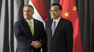 Dubrovnik, 2019. április 12. A Miniszterelnöki Sajtóiroda által közreadott képen Orbán Viktor miniszterelnök (b) és Li Ko-csiang kínai miniszterelnök találkozója Dubrovnikban 2019. április 12-én, a Kína-Közép-Kelet-Európa csúcstalálkozó napján. MTI/Miniszterelnöki Sajtóiroda/Szecsõdi Balázs