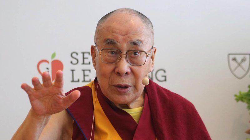 Újdelhi, 2019. április 10. A 2019. április 4-i képen a 14. dalai láma (Tendzin Gyaco), a tibeti buddhisták indiai emigrációban élõ vallási vezetõje sajtótájékoztatót tart Újdelhiben. A 83 éves buddhista vezetõ április 9-én könnyebb tüdõgyulladással kórházba került Újdelhiben, állapota javulóban van. MTI/AP/Manis Szvarup