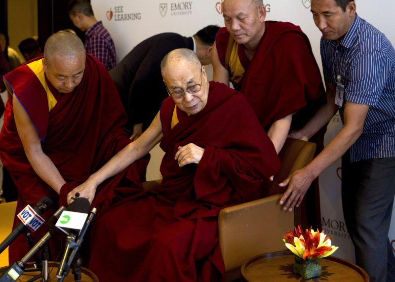 Újdelhi, 2019. április 10. A 2019. április 4-i képen a 14. dalai láma (Tendzin Gyaco), a tibeti buddhisták indiai emigrációban élõ vallási vezetõje (k) tanítókkal készül találkozni Újdelhiben. A 83 éves buddhista vezetõ április 9-én könnyebb tüdõgyulladással kórházba került Újdelhiben, állapota javulóban van. MTI/AP/Manis Szvarup