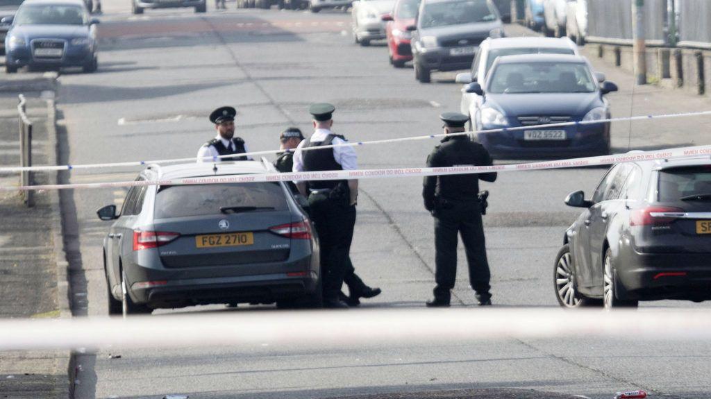 Londonderry, 2019. április 19. Kordonnal lezárt terület Londonderryben 2019. április 19-én, miután az éjjel ismeretlen tettesek benzinespalackokkal és lõfegyverrel razziázó rendõrökre támadtak és egy oknyomozó újságírónõt, a 29 éves Lyra McKeet halálosan megsebesítették az észak-írországi városban. A rendõrség terrorcselekménynek minõsítette az incidenst, amelyért feltételezések szerint az Új IRA nevû szakadár britellenes katolikus terrorcsoport a felelõs. MTI/EPA/North West Newspix/Joe Boland