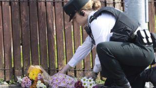 Londonderry, 2019. április 19. Kordonnal lezárt területre beküldött virágot tesz le egy rendõr Londonderryben 2019. április 19-én, miután az éjjel ismeretlen tettesek benzinespalackokkal és lõfegyverrel razziázó rendõrökre támadtak és egy oknyomozó újságírónõt, a 29 éves Lyra McKeet halálosan megsebesítették az észak-írországi városban. A rendõrség terrorcselekménynek minõsítette az incidenst, amelyért feltételezések szerint az Új IRA nevû szakadár britellenes katolikus terrorcsoport a felelõs. MTI/EPA/North West Newspix/Joe Boland