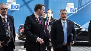 Brüsszel, 2019. március 21. A Miniszterelnöki Sajtóiroda által közzétett képen Orbán Viktor miniszterelnök (j) érkezik az Európai Tanács ülésére Brüsszelben 2019. március 21-én. MTI/Miniszterelnöki Sajtóiroda/Szecsõdi Balázs