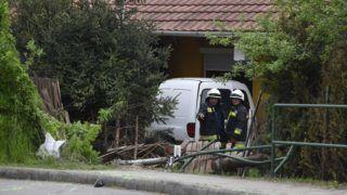 Kisapostag, 2019. április 23. Tûzoltók a Fejér megyei Kisapostagon, ahol egy kisteherautó egy buszmegállón keresztül hajtva átszakította egy családi ház kerítését, majd annak teraszán állt meg 2019. április 23-án. A balesetben ketten megsérültek. MTI/Máthé Zoltán