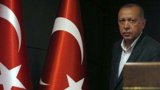 Isztambul, 2019. április 1. Recep Tayyip Erdogan török államfõ, a kormányzó Igazság és Fejlõdés Párt (AKP) vezetõje nyilatkozatot tesz a helyhatósági választások napján, 2019. március 31-én. MTI/AP/Lefterisz Pitarakisz