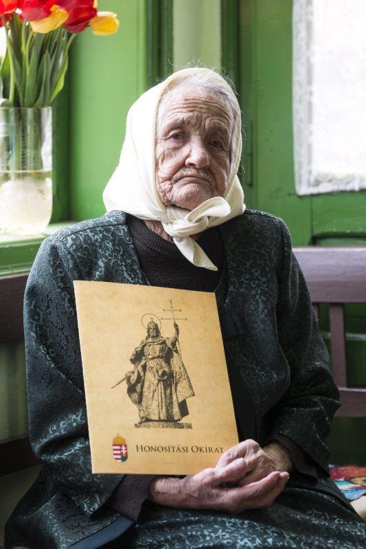 Csíkszépvíz, 2019. április 23. Az ezen a napon százéves Geréd Margit a magyar állampolgárságot igazoló Honosítási Okirattal a kezében a közigazgatásilag az erdélyi Csíkszépvízhez tartozó csíkborzsovai otthonában 2019. április 23-án. A szintén Csíkszépvízhez tartozó Csíkszentmiklóson 1919-ben magyar állampolgárként született Marcsa néni az 1920-as trianoni békediktátummal elvesztette magyar állampolgárságát, az 1940-es második bécsi döntéssel másodszorra is megkapta, majd az 1947-es párizsi békeszerzõdéssel újra elvesztette azt. Geréd Margit a századik születésnapján vehette át a magyar Honosítási Okiratot és lett újra magyar állampolgár, kettõs állampolgársággal. MTI/Veres Nándor