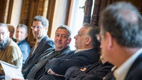 Budapest, 2019. március 30. A Miniszterelnöki Sajtóiroda által közreadott képen Orbán Viktor miniszterelnök, a Fidesz elnöke (j3), Bayer Zsolt újságíró (j4), Gulyás Gergely, a Miniszterelnökséget vezetõ miniszter, a Fidesz alelnöke (j5) és Szájer József, a Fidesz európai parlamenti képviselõje (j7) a párt 31. születésnapi ünnepségén a Fidesz Lendvay utcai székházában 2019. március 30-án. MTI/Miniszterelnöki Sajtóiroda