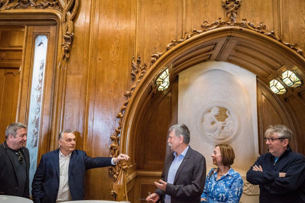 Budapest, 2019. március 30. A Miniszterelnöki Sajtóiroda által közreadott képen Orbán Viktor miniszterelnök, a Fidesz elnöke (b2), Kövér László, az Országgyûlés elnöke, a Fidesz országos elnökségének tagja (j3) és Bayer Zsolt újságíró (b) a párt 31. születésnapi ünnepségén a Fidesz Lendvay utcai székházában 2019. március 30-án. MTI/Miniszterelnöki Sajtóiroda