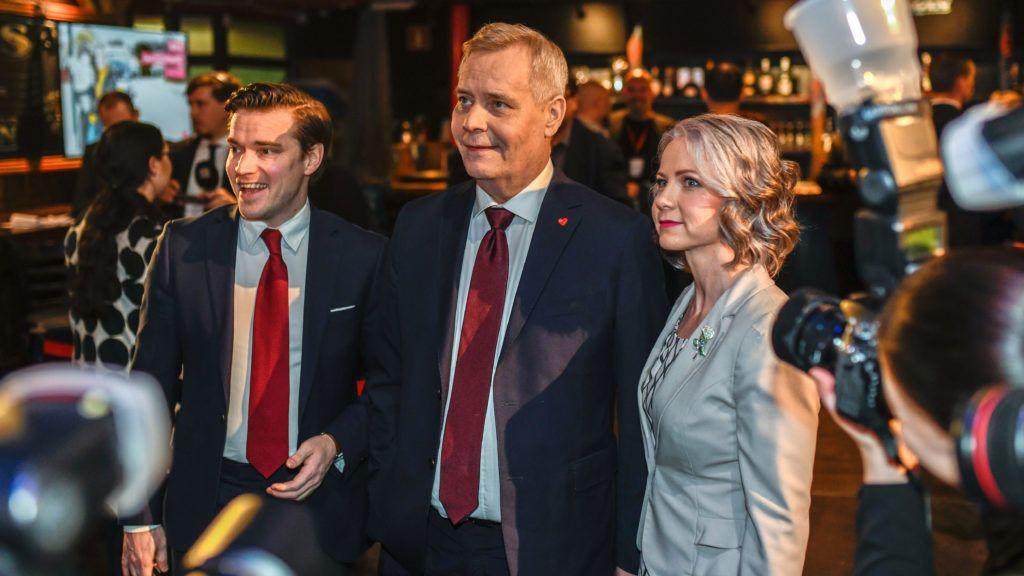 Helsinki, 2019. április 14.Antti Rinne, a Szociáldemokrata Párt (SDP) vezetõje és kormányfõjelöltje (k) és felesége, Heta Ravolainen-Rinne, valamint Dimitri Qvintus, a párt szóvivõje a finnországi parlamenti választások eredményváró rendezvényén Helsinkiben 2019. április 14-én urnazárás után.MTI/EPA/COMPIC/Jarno Kuusinen