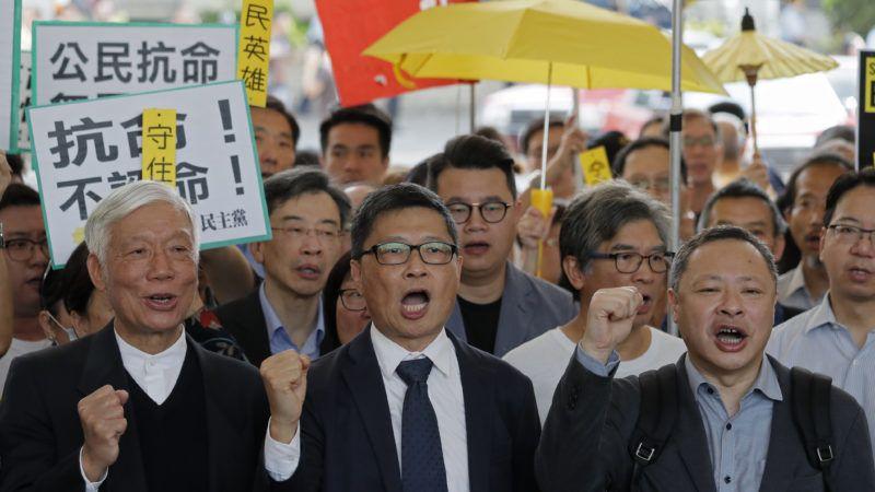 Hongkong, 2019. április 9. A 2014-es hongkongi demokráciapárti tüntetések közösség elleni izgatással és rendbontással vádolt szervezõi közé tartozó Csu Jiu-ming tiszteletes, Csan Kin-man szociológusporfesszor, Benny Tai jogászprofesszor (b-j) ítélethirdetésre érkezik egy hongkongi bíróságra 2019. április 9-én. MTI/AP/Kin Cheung