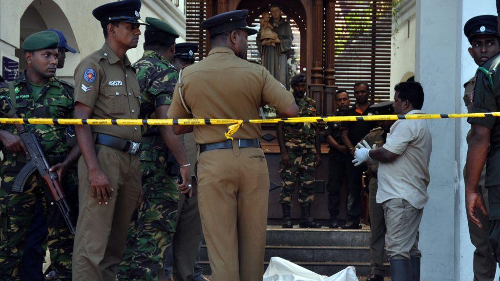 Colombo, 2019. április 21. Az egyik áldozat letakart holtteste Srí Lanka fõvárosában, ahol robbantásos merényleteket követtek el templomok és szállodák ellen 2019. április 21-én, húsvétvasárnap. A merényletekben elhunytak száma 207-re emelkedett, és több mint 450-en megsebesültek. MTI/EPA/M.A.Pushpa Kumara