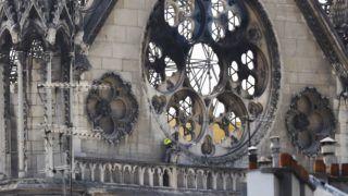 Párizs, 2019. április 17. Munkás dolgozik a párizsi Notre-Dame-székesegyház egyik erkélyén két nappal a templomban pusztító tûzvész után, 2019. április 17-én. A lángok a restaurálási munkálatokhoz felállított állványzaton keletkeztek, és onnan terjedtek tovább. A tûz következtében összeomlott az épület huszártornya és odaveszett a teljes tetõszerkezete. MTI/EPA/Christophe Petit Tesson